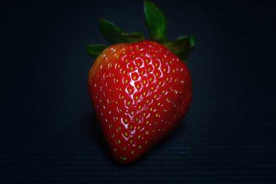 一颗绯红草莓图片