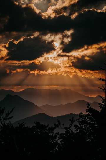 朝阳拂晓霞光光圈图片