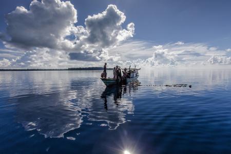 水的表面反射, 景观, 小船, 捕鱼, 印度尼西亚, 哈马黑拉, widi 群岛