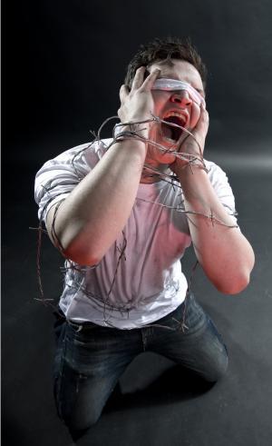 哭, 带刺的铁丝网, 抓到, 跪, 盲人, 恐怖, 宗教