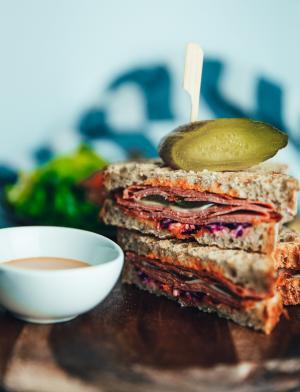 萨拉米香肠三明治