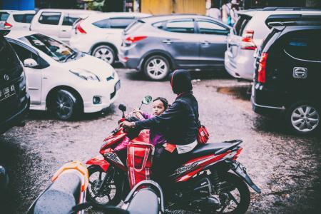 汽车, 孩子, 摩托车, 摩托车, 人, 道路, 街道