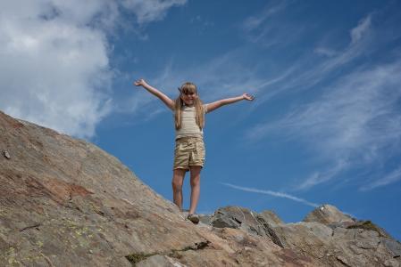 儿童, 女孩, 山, 山的顶峰, 岩石, 天空, 云彩