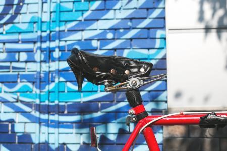 自行车座位在城市