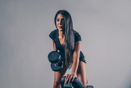 健身女人与重量
