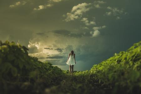 日落的大草原女人