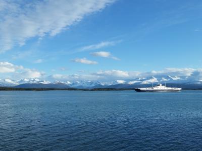 在前景, 全景, 峡湾, 海, 蓝蓝的天空, 山, 冬天