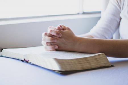祷告, 圣经 》, 基督教, 折叠的手, 宗教, 神, 书