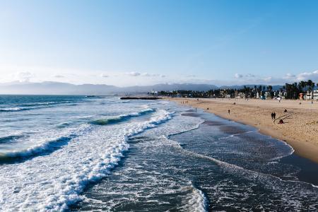 海浪在海滩上