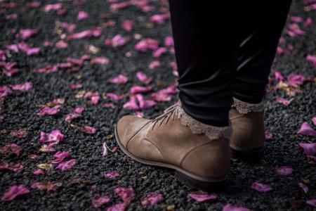 靴子, 双脚, 鞋类, 地面, 花瓣, 鞋子, 鞋子