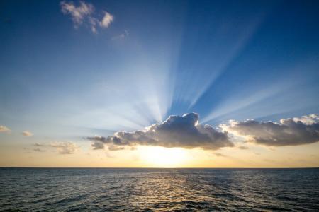 太阳落在海洋上