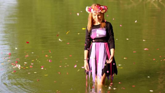 女孩, 金发女郎, 花环, 水, 花瓣, 快乐, 自然