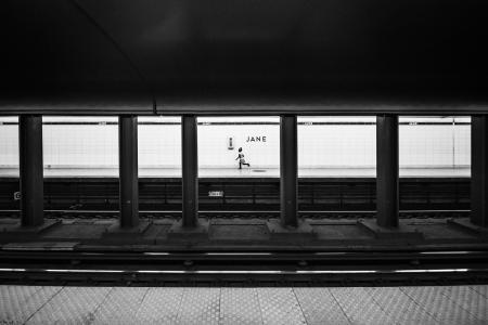 地铁站的女孩