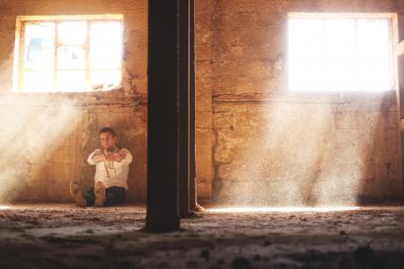 人, 男子, 男性, 坐, 地板, 地面, 喝