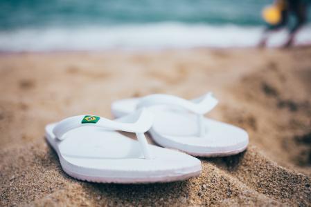 在沙子的凉鞋