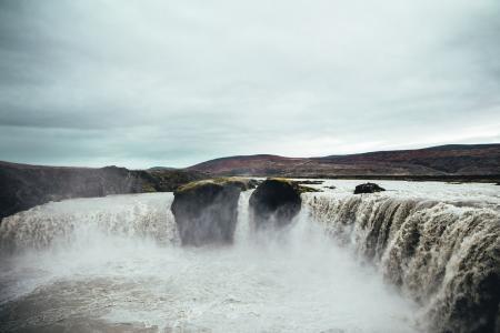 冲在冰岛的瀑布