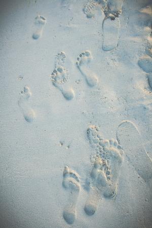 海滩沙脚印