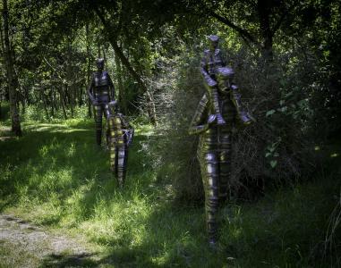 家庭出游, 钢结构雕塑, 雕刻家鲍伯水, 树木, 草, 阳光, 武装部队