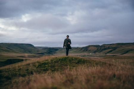 人徒步旅行丘陵景观