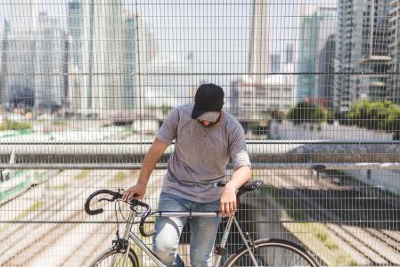 摆在与自行车的人