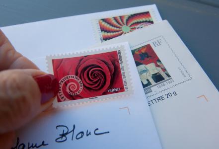 邮票, 字母, 邮件, 通信, 发布, 人类的手, 人类身体的一部分