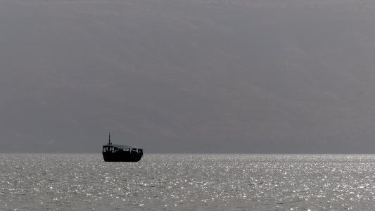 亚比亚湖, 黎明, 小船