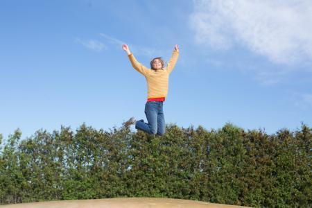 快乐的女人跳上蹦床