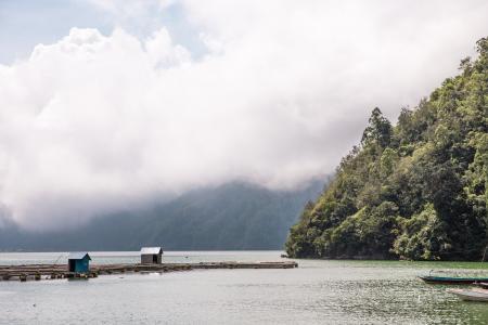在印度尼西亚的海边山