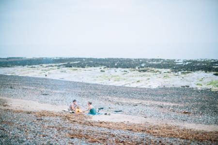 两个, 人, 坐, 海岸, 白天, 海滩, 夫妇